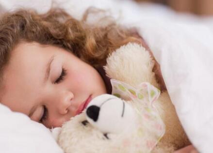 儿童睡觉呼吸声重是怎么回事_打呼噜-儿童护理-护理打呼噜-夜间-肥大