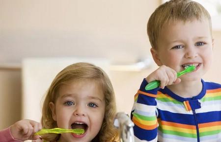 宝宝每天刷牙牙齿发黑_儿童护理家长-龋齿-牙刷