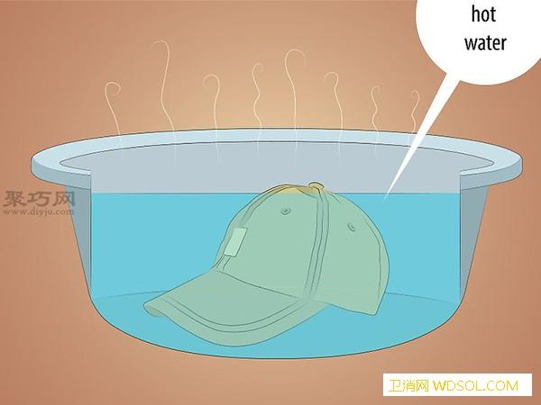 怎么手洗棒球帽 来看洗帽子教程_帽子-棒球帽-放在-洗涤剂-水里-水池里
