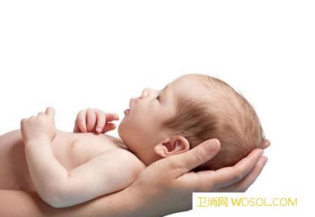 宝宝竖抱还是横抱怎么正确的抱宝宝_个月-另一只手-托住-身体-