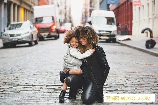 如何促进宝宝大脑发育_孤儿院-糖水-拥抱-接触-