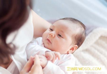 经常抱宝宝对宝宝有什么影响_抱着-走路-宝宝-孩子-