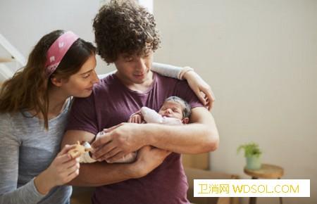 抱新生儿的方法有哪些_哭闹-臂弯-背部-妈妈-