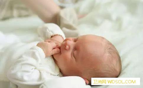 宝宝吐奶打嗝怎么办_打嗝-喂奶-着凉-后背-