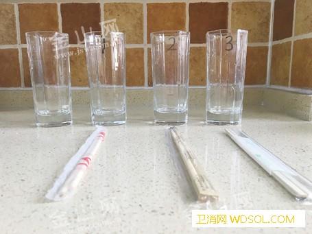 一次性筷子真的能染黄一杯水?实验证明:卫生状_筷子-实验-大排档-卫生-食品卫生消毒