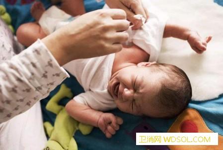 宝宝无端哭闹不止是什么原因_襁褓-哭闹-抚摸-睡着-