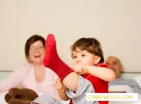 冬季如何给宝宝添衣呢?_穿衣-手脚-判断-衣服-