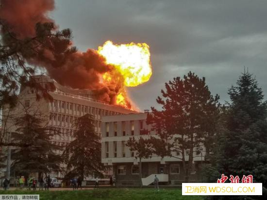 法里昂第一大学一座大楼楼顶爆炸起火致_里昂-孟德尔-起火-