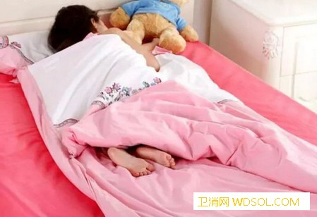 宝宝总是爱踢被子的原因有哪些_寄生虫-被子-睡眠-睡觉-